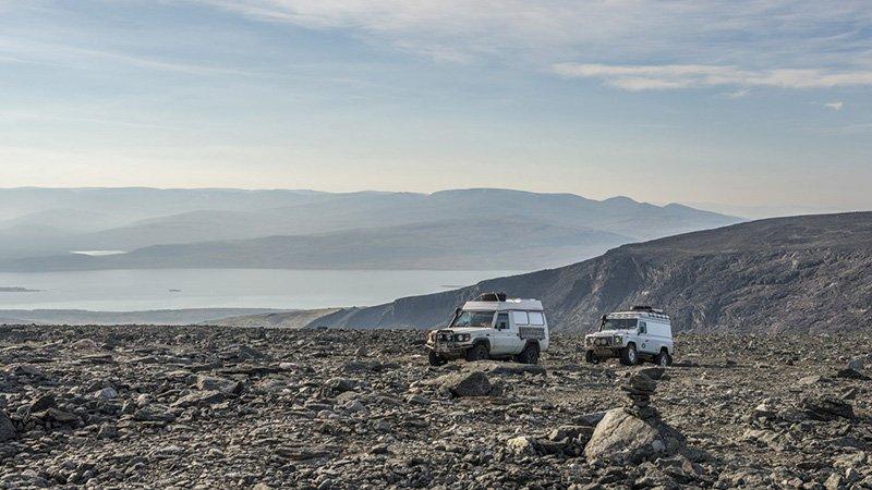 montañas y coches
