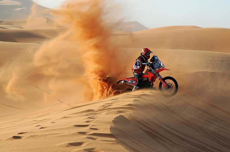 carrera moto en el desierto